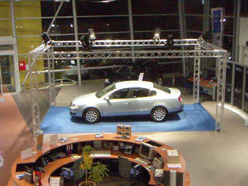 Structure inauguration voiture en garage